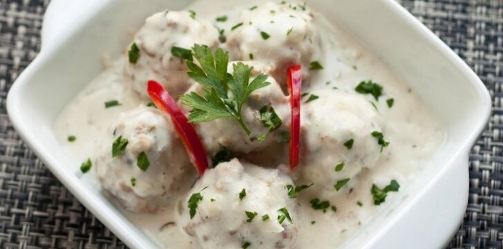 Mėsos kukuliai su baltu padažu