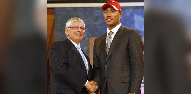NBA naujokų biržoje pirmuoju pasirinktą Derricką Rose'ą sveikina NBA komisaras Davidas Sternas