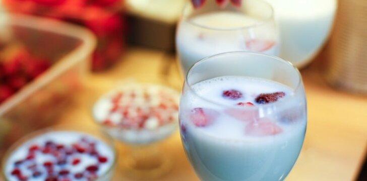 """R. Ničajienės """"Sezoninės virtuvės"""" receptai: pieno drebučiai su žemuogėmis primins vaikystę"""