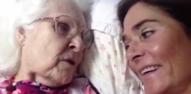 """Turi tai pamatyti... Alzheimeriu <span style=""""color: #c00000;"""">serganti mama</span> po daugybės metų atpažįsta savo dukrą"""