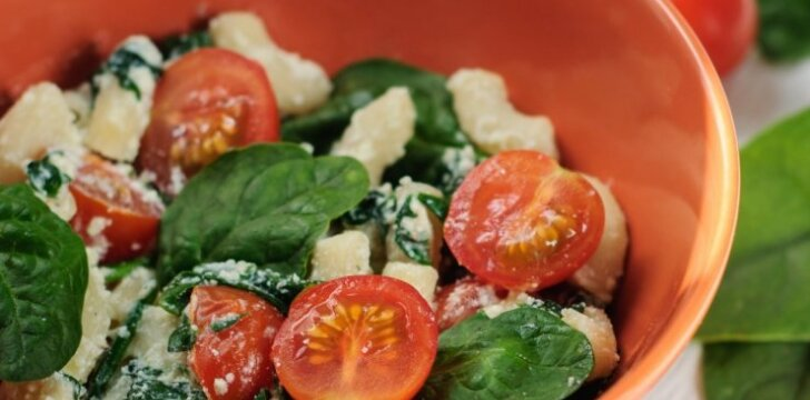 Makaronai su špinatais ir pomidorais