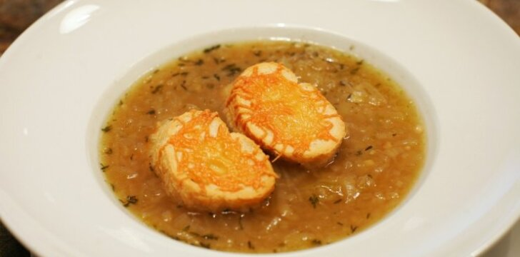 """""""Siurprizas lėkštėje"""": tradicinė prancūziška svogūnų sriuba"""