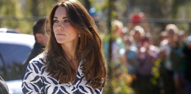 """Kate Middleton patenkino aikštingą <span style=""""color: #ff0000;"""">karalienės norą</span>"""