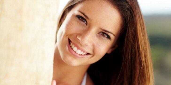 Baltos šypsenos link: kaip išsibalinti dantis pačiai