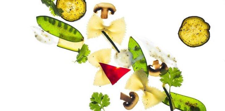 Salotos su makaronais ir keptomis daržovėmis