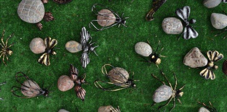 Įdomūs sodo aksesuarai iš akmens ir geležies.