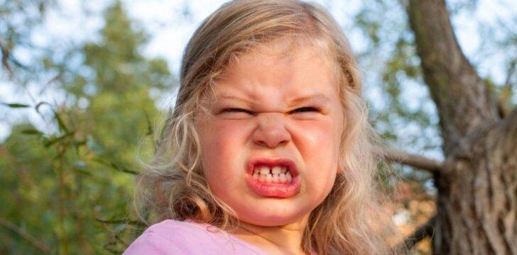 Vaikas pyksta, ožiuojasi ir verkia: 11 žodžių, kurių dabar jam labiausiai reikia