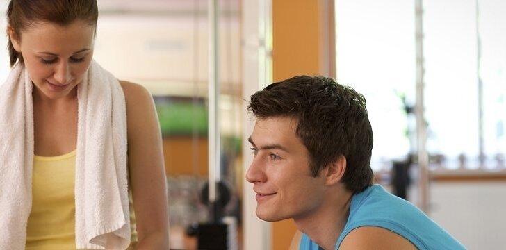 Paprastai vyras pasilenkia prie jūsų, nes yra susidomėjęs ir nori pasidalyti savo asmenine erdve su jumis.