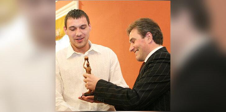 Naudingiausią LSKL žaidėją Joną Mačiulį (VDU) sveikina lygos prezidentas Rimantas Cibauskas