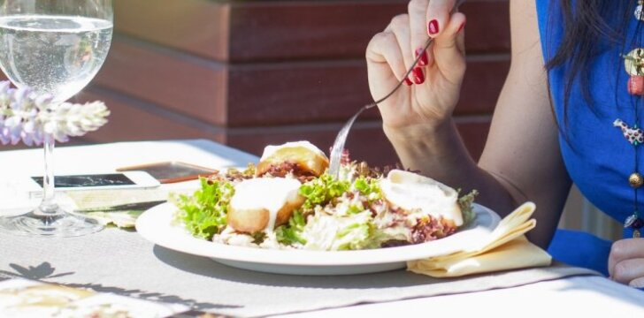 Prancūziškos salotos su karštu ožkų sūriu