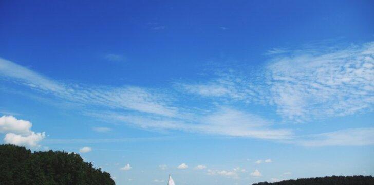 Giedras dangus (asociatyvi nuotr.)
