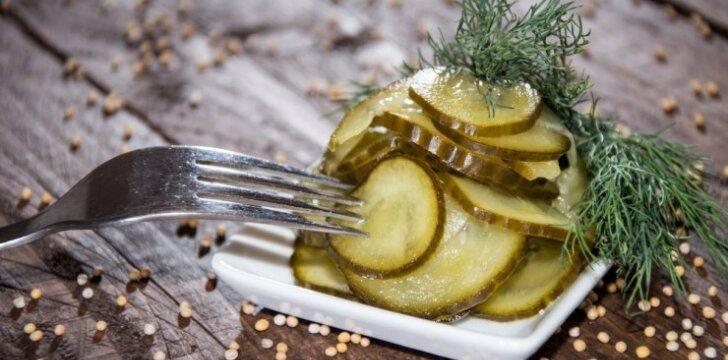 """Naujas marinavimo būdas: saldžiarūgštės <span style=""""color: #ff0000;"""">agurkų salotos</span>"""