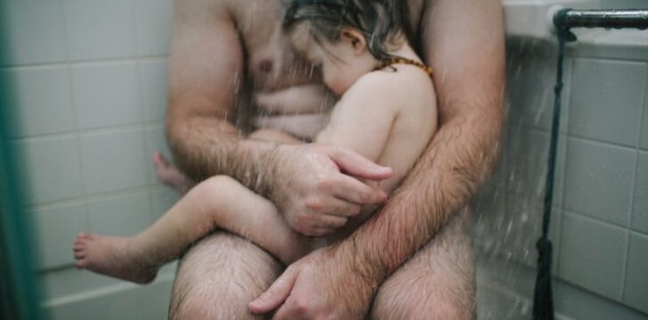 Kodėl šią nuogo tėčio nuotrauką pašalino feisbukas