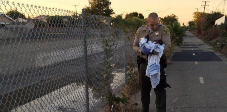 Policininkas išgelbėjo gyvą užkastą naujagimį