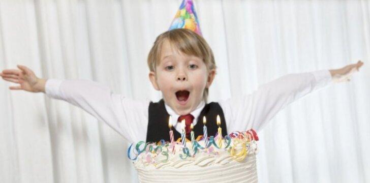 """<span style=""""color: #ff0000;"""">Video, prajuokinęs pusę milijono:</span> ką su tortu išdarinėja jubiliatas"""