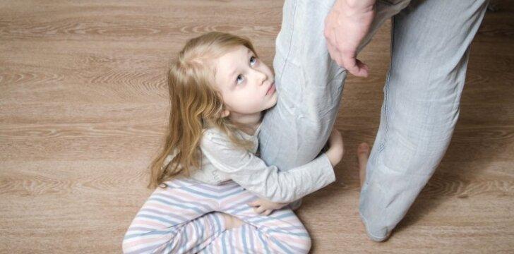 Vaikas nepaleidžia mamos nė sekundei: specialistės patarimai, kaip elgtis ir išvengti isterijos