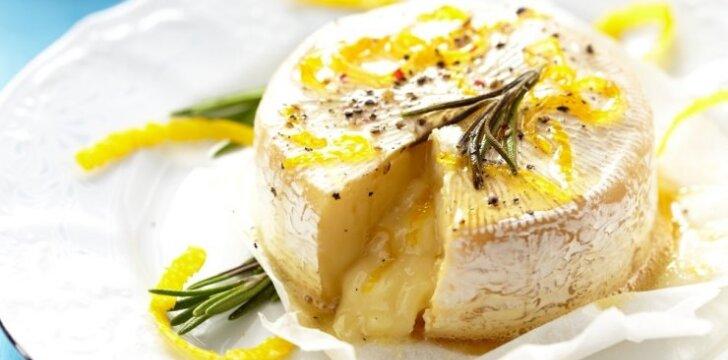 Šiltas Brie sūris su imbierine glazūra