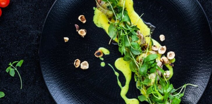 Vištiena su lazdynų riešutų salotomis ir kario putėsiais