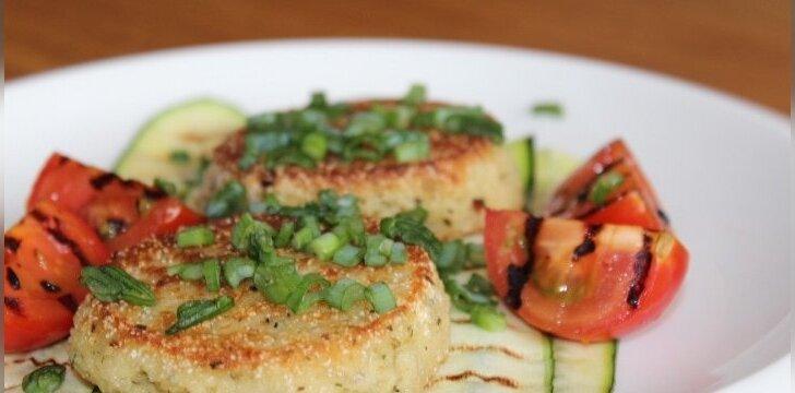 Kuskuso kruopų blyneliai su Džiugo sūriu ir keptomis daržovėmis