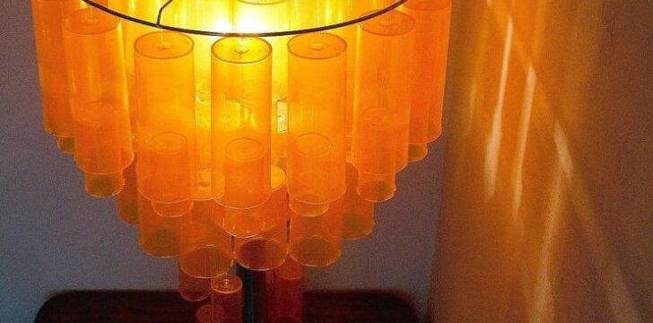 <span>Darau pats:</span> šviestuvas iš 90 tuščių vaistų buteliukų