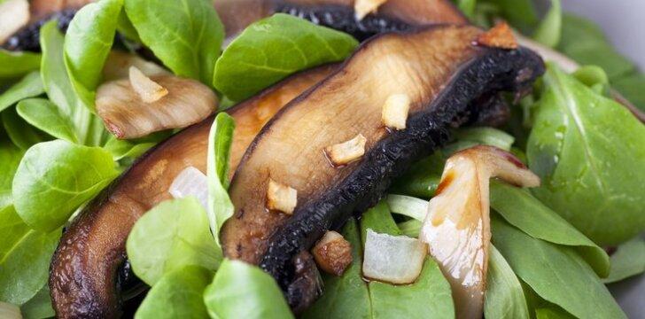 Šiltos grybų ir špinatų salotos