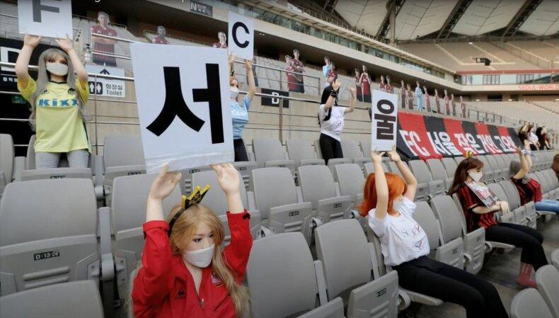 """""""FC Seoul"""" futbolo komanda žiūrovų tribūnas užpildė sekso lėlėmis"""