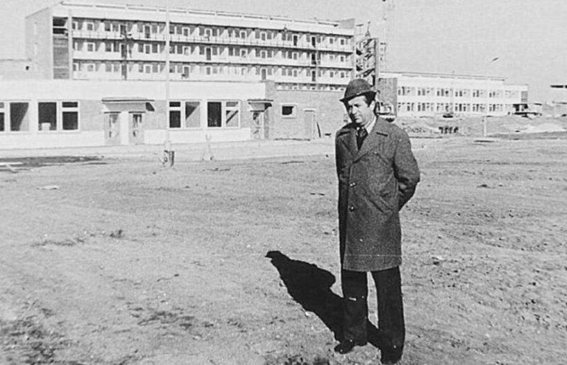 Stanislovas Vaitekūnas prie statomos Naujosios Akmenės ligoninės