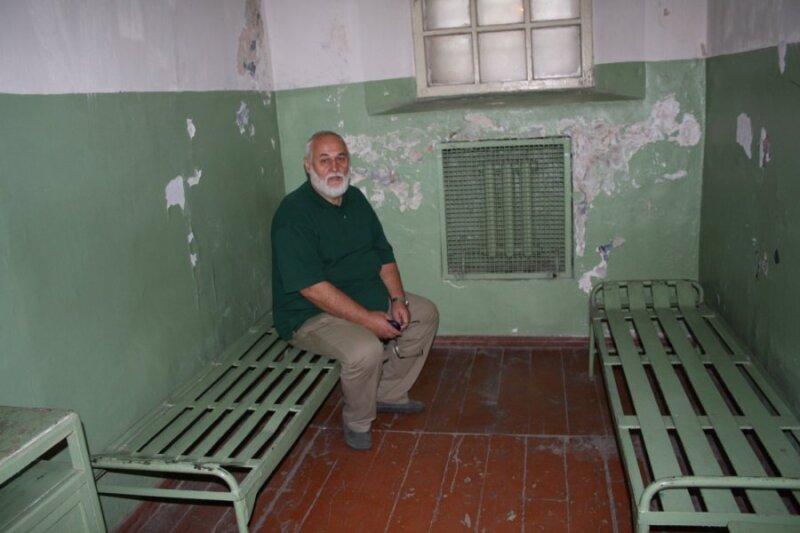 Vytautas Žutautas dabartinio Genocido aukų muziejaus kameroje, kurioje kalėjo 9 mėnesius