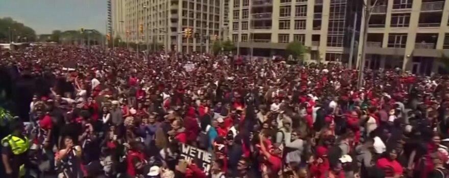 """Torontas  išėjo į gatves pasveikinti pirmą kartą  NBA  čempionu tapusio  """"Raptors""""  klubo"""