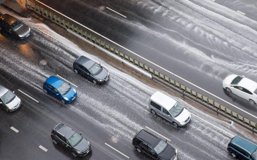 Po galingų krušų draudikai perspėja: jei galite, nepalikite automobilių gatvėse
