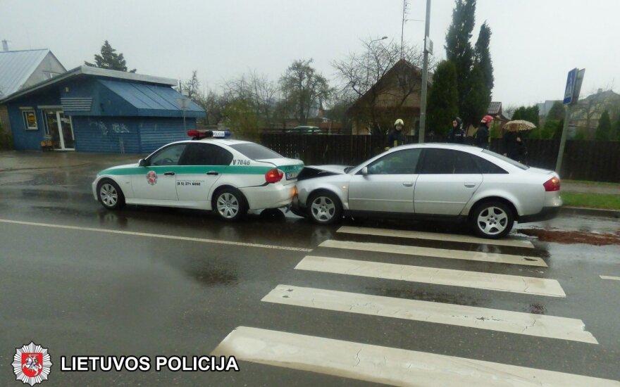 """Ukmergėje neatidžios vairuotojos """"Audi"""" trenkėsi į stovintį policijos BMW"""