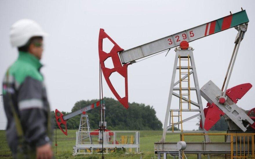 Naftos kainos smunka, bet vis dar išlieka ties birželio mėnesio maksimumu