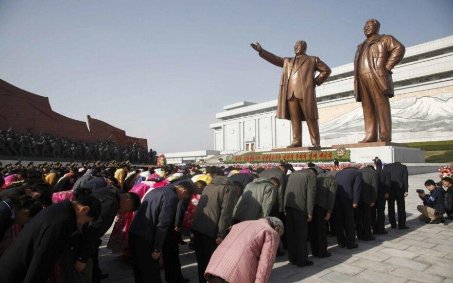 Šiaurės Korėjoje iškilmingai minimas šalies įkūrėjo Kim Il Sungo gimtadienis