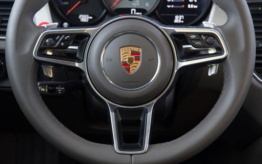 """Sostinėje girtas """"Porsche"""" vairuotojas kaip reikiant prisidirbo"""