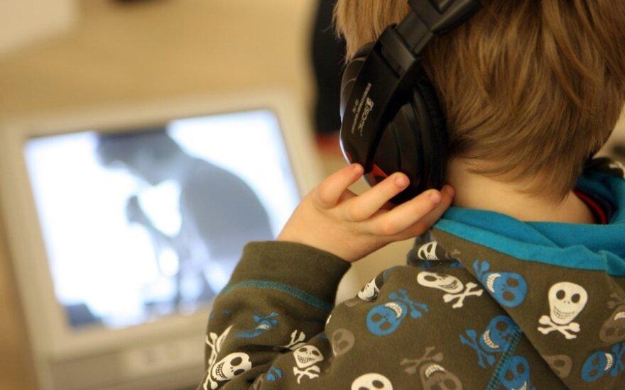 Vaikas prie televizoriaus