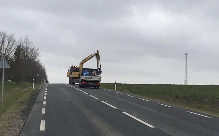 Ką tik suremontuotame kelyje Kėdainių rajone vėl verda darbai: šalinami defektai