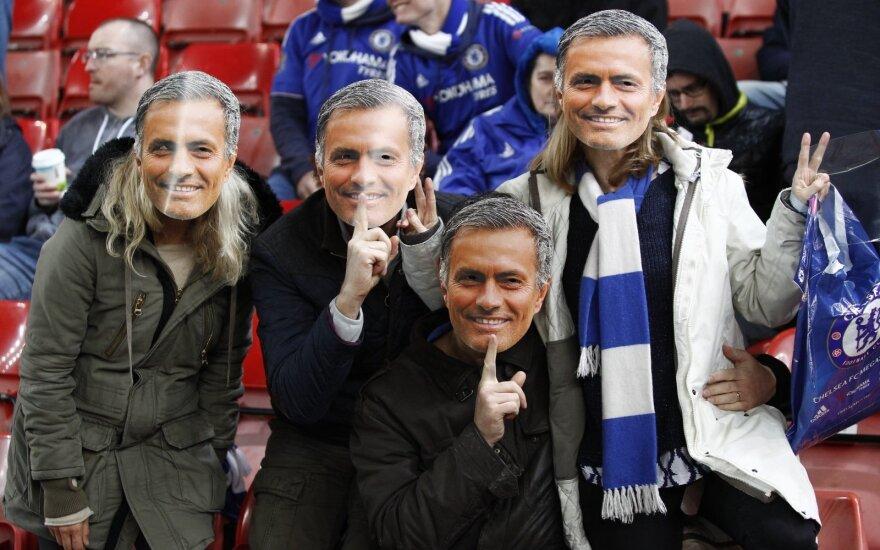 Sirgaliai su Jose Mourinho veido kaukėmis
