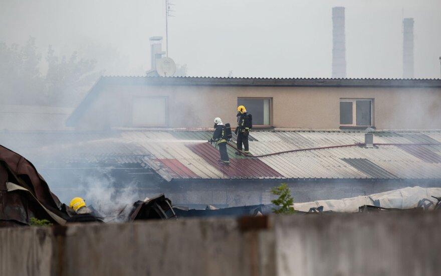 Didžiuliame gaisre Lentvaryje žurnalistus ėmė vaikyti karinė kontržvalgyba