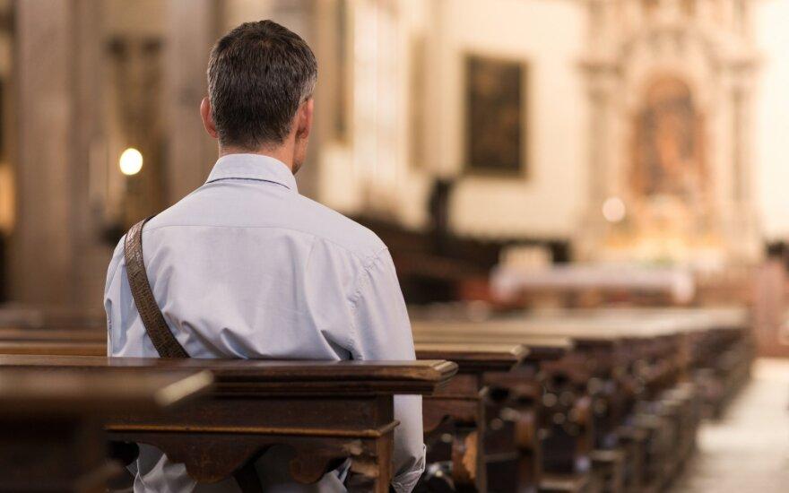 Vyras atėjo ir į bažnyčią.