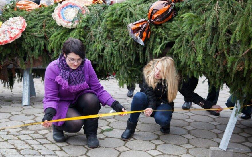 Šiauliuose nupintas didžiausias kalėdinis vainikas