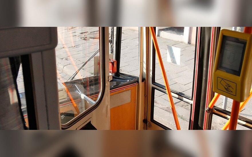 Į viešąjį transportą lipti tik pro priekines duris nebereikės?