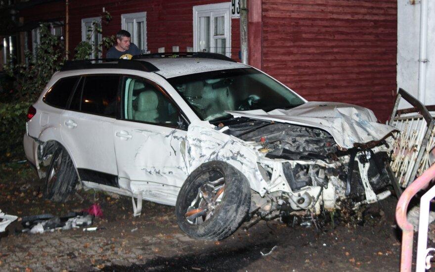 Girto vairuotojo kelionė baigėsi įsirėžus į gyvenamąjį namą