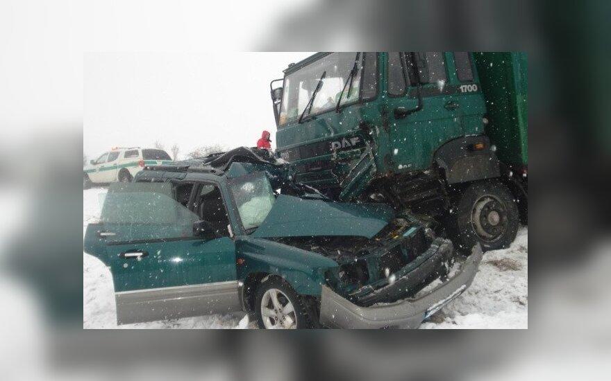 """Kraupi avarija Zarasų rajone: sunkvežimis sutraiškė """"Subaru"""", žuvo moteris"""