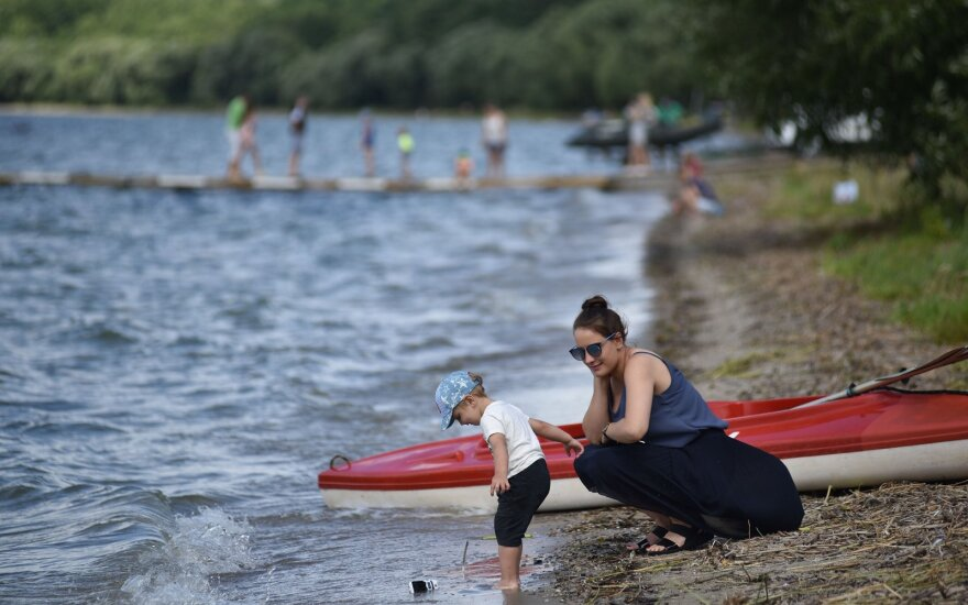 """""""Dzūkų jūra"""" vadinamas ežeras nuo poilsiautojų antplūdžio ginasi versdamas juos kasytis"""