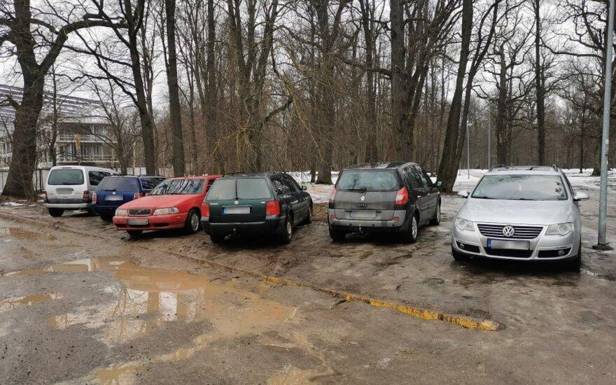 Kauniečiai pasipiktinę: įsigudrino automobilius palikti tiesiog ant vejos