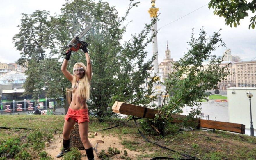 """""""Femen"""" Kijevo centre nupjovė stačiatikių kryžių"""