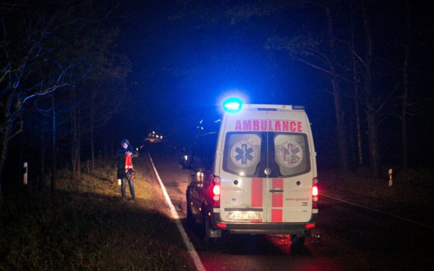 """Raseinių r. rastas sudaužytas """"VW Golf"""", o šalia - sunkiai sužalotas mašinos savininkas"""