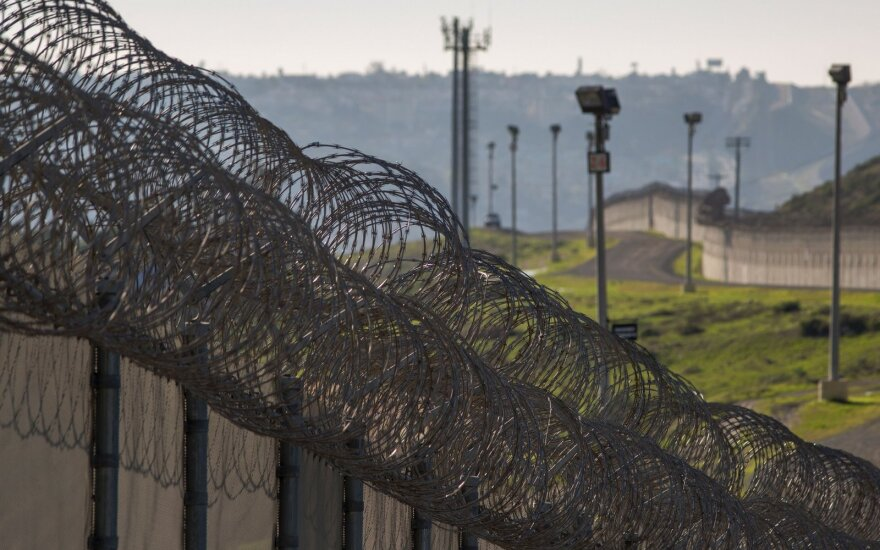 JAV ir Meksikos sienos kirtimas: priėmę pigią darbo jėgą, susidūrė su didele problema