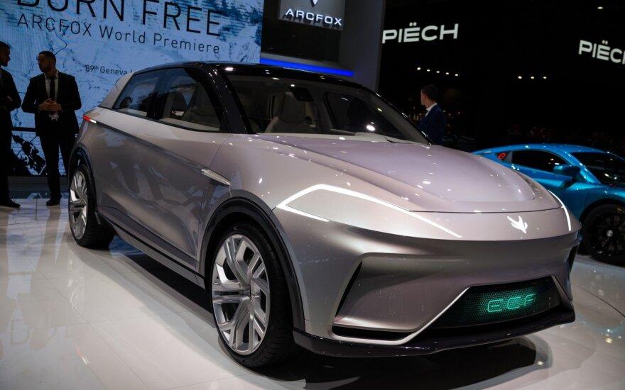 "Kinai ""Arcfox"" Europą bando sužavėti elektriniu visureigiu ir superautomobiliu"