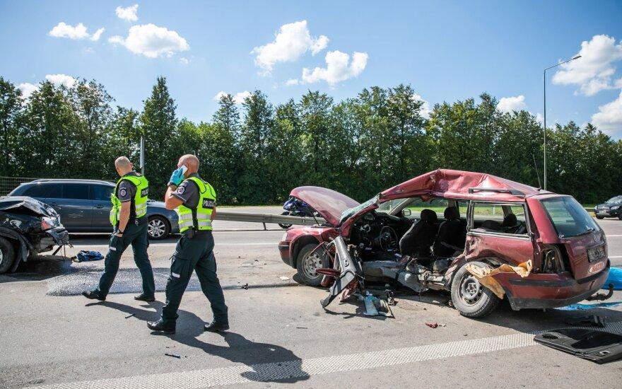Vilniaus pakraštyje susidūrė automobiliai, vienas žmogus žuvo